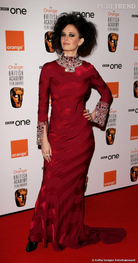 Enfin, l'actrice se permet de la couleur. Plus sage, elle opte pour du rouge, sublime sur les brunes, et oublie dentelle ou jeu de transparence. Cependant, elle choisit sa robe parée de broderies, accro au style barroque. Un peu chargé mais la beauté d'Eva Green rattrape tout.