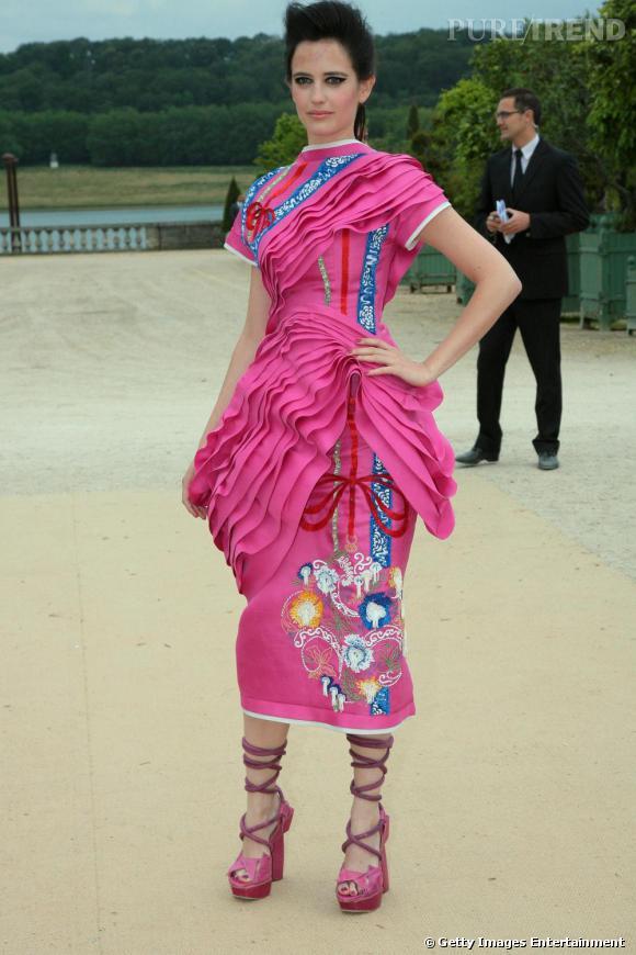 Si Eva s'autorise une couleur de plus dans sa garde-robe, ce n'est toujours réussi. La comédienne a tenté le look poupée japonaise mais c'est too much. Elle semble tassée et mal à l'aise. Dommage.