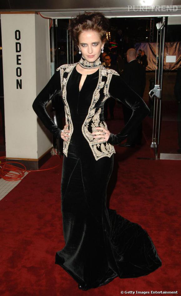 Eva Green est en passe de devenir une diva. Du coup, elle ose des ensembles de plus en plus affirmés. Robe de velours, regard revolver et coiffure aérienne, elle s'est transformée en vamp. Surprenant.