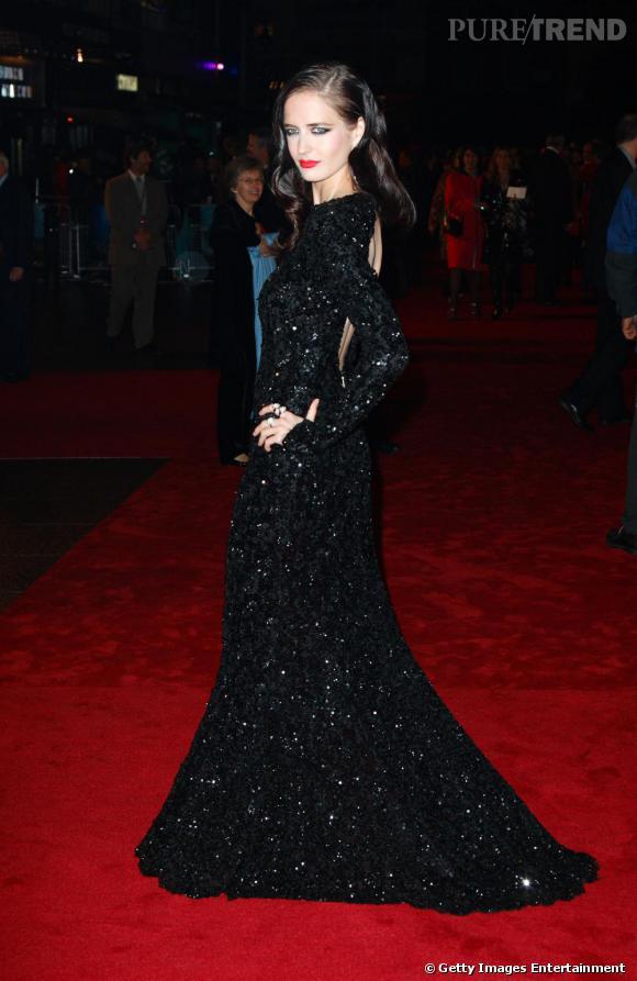 A star is born. Eva Green est devenue une adepte des tapis rouges. Du coup, elle ose la robe qui va bien : très longue et parée de sequins. Elle rayonne.