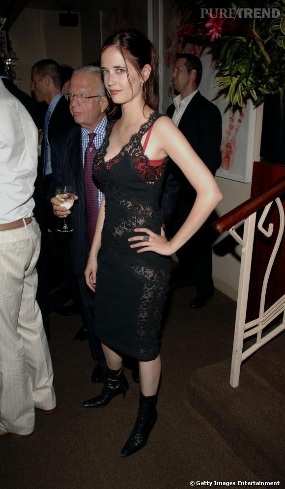 La robe en dentelle, transparente qui dévoile un soutien-gorge rouge n'est pas vraiment élégant sur l'actrice, ni sur personne d'ailleurs ! Aurait-elle voulu tenter le mix délicat du gothique et du sexy ?