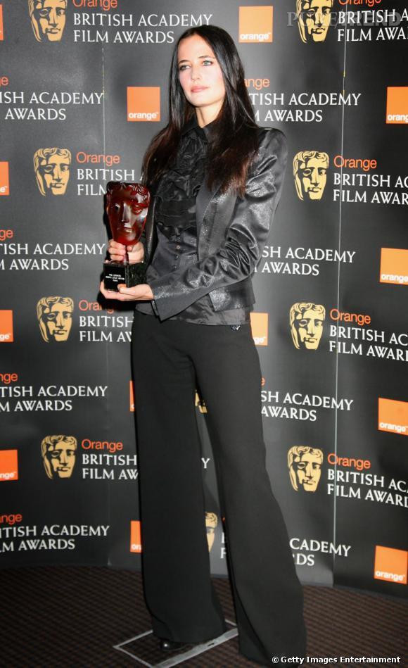 Si elle affiche très souvent des looks exhubérants, Eva Green sait aussi faire des pauses vestimentaires. Notamment pour recevoir un prix. En pantalon fluide et top assorti, son naturel revient au galot, elle est magnifique.