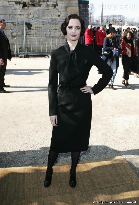 Eva Green vous rappelle-t-elle quelqu'un ? Une icône fétichiste, égérie Wonderbra... Dita Von Teese bien sûr. La peau porcelaine, le maquillage prononcé, l'actrice lui ressemble étrangement dans une robe cintrée, ultra rétro, noire. Simplement déroutant.