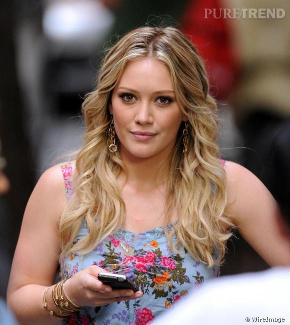 L'actrice et chanteuse Hilary Duff que l'on a longuement vu arborer une frange l'a également troquée contre une coiffure plus naturelle, ici avec ses cheveux ondulés.