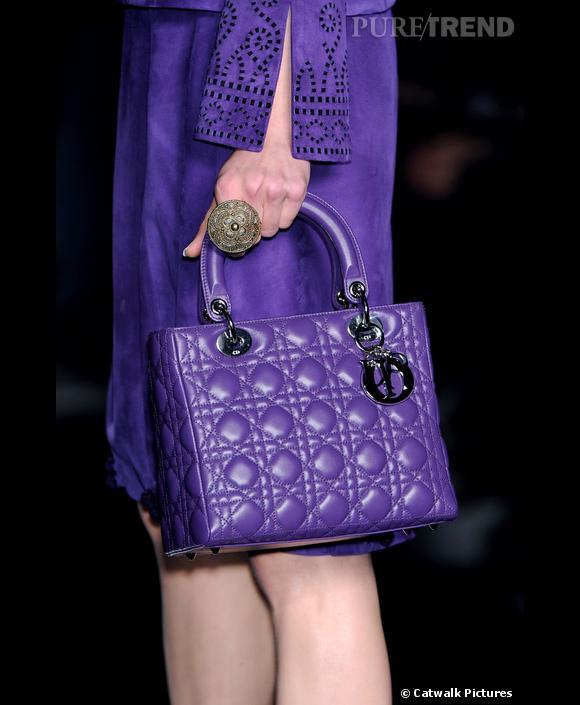 Défilé Christian Dior  Automne Hiver 2009-2010  John Galliano recouvre le mythique Lady Dior de violet. Un accessoire digne de la collection précieuse et orientaliste du créateur.