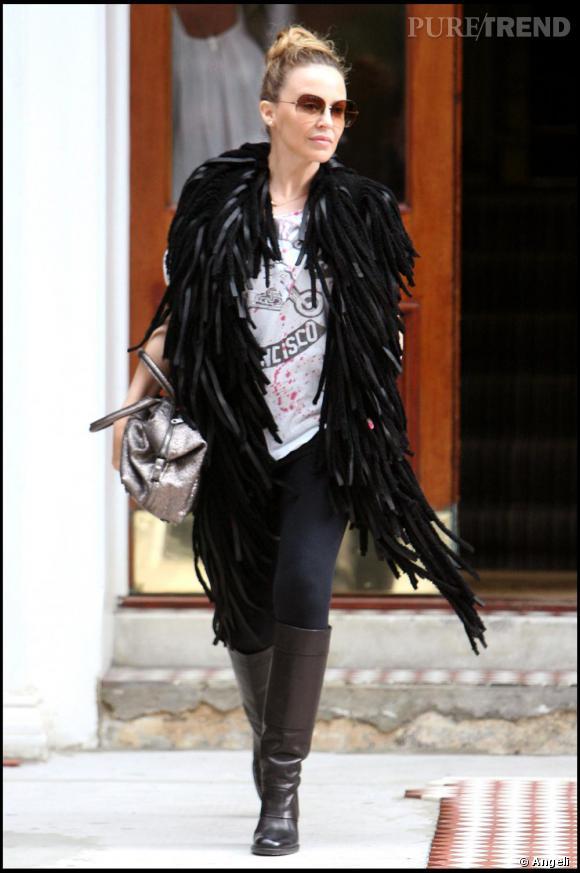 Echarpe en plumes + top loose + cavalières : Kylie Minogue nous offre une véritable leçon de classe et d'originalité.