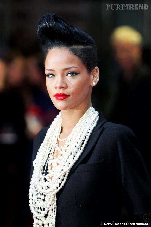 La chanteuse de R'n'B Rihanna s'est transformée en une bad girl, la coupe courte, un brin rasée sur les côtés. Mais collier de perles + veste de tailleur + bouche glamour rehaussent le tout pour un effet rock aseptisé.