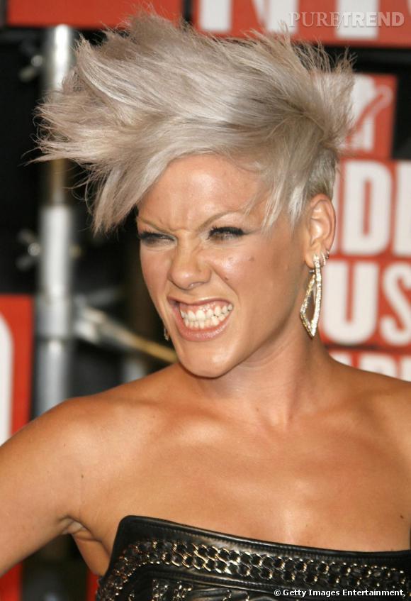 La rockeuse ose la coiffure courte, de punkette. Parfait pour donner du caractère à son visage et aller avec son style résolument rebelle.