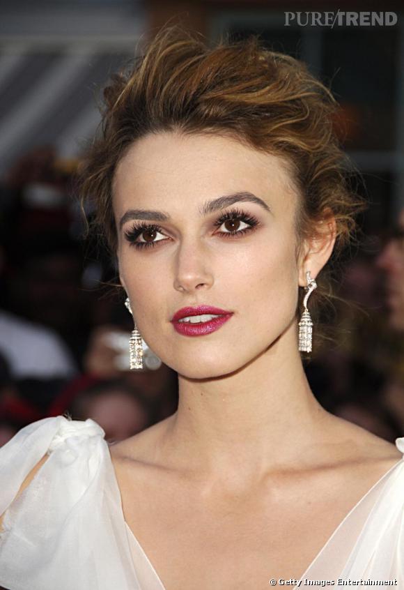 Chevelure aérienne + maquillage glamour : la belle réussit à adoucir ses traits anguleux, soulignés par sa coupe. Parfait.