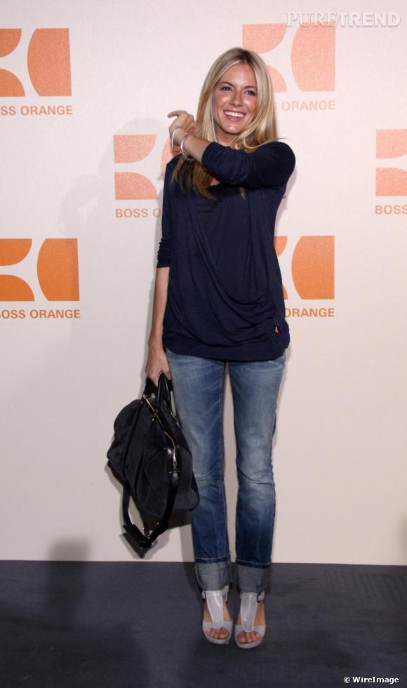 Pour assister au défilé Boss Orange en Allemagne, Sienna opte pour une tenue des plus décontractées. Pull, jean, ouf elle ajoute des sandales à brides très modes pour sophistiquer son look.