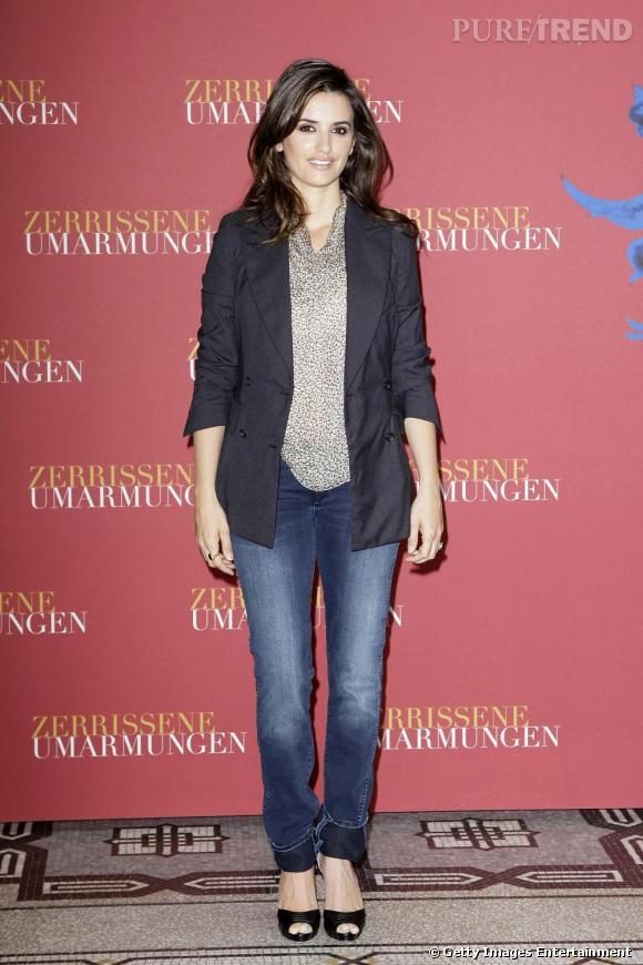 Le jean est idéal pour calmer un imprimé aussi imposant que le léapard. Penelope Cruz l'a compris, rayonnante dans une tenue casual et mode.
