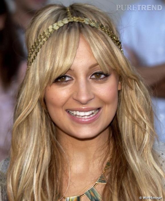 Accessoire n°1: le headband Le headband est l'accessoire indispensable pour finaliser un look boho. Ici Nicole Richie opte pour un headband doré qui lui donne une allure orientale.