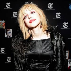 Visage blafard + couleurs criardes + rouge à lèvres qui bave = l'équation maquillage raté de Courtney Love.