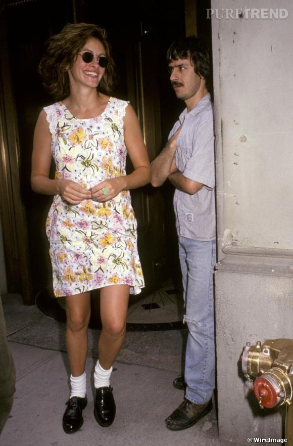 Robe à fleurs et chaussettes blanches franchement voyantes, Julia tenterait-elle de lancer une tendance ?