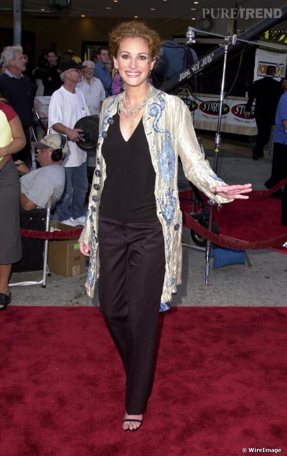 En 2001, Julia est déjà beaucoup plus féminine, les yeux maquillés, la crinière domptée. Cependant le gilet brodé lui donne 10 ans de plus.