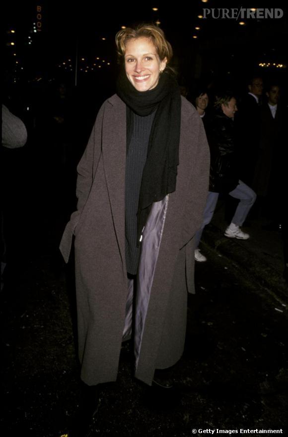 En 1997, Julia dit non à la fémininité en hiver. Manteau XXL, écharpe tombante, peu maquillée, elle semble malade.