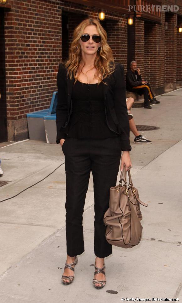Il faudra attendre 2009 pour découvrir une Julia Roberts métamorphosée. Pilote sur le nez + veste cintrée et it-bag : elle mixe casual et mode sans accrocs.