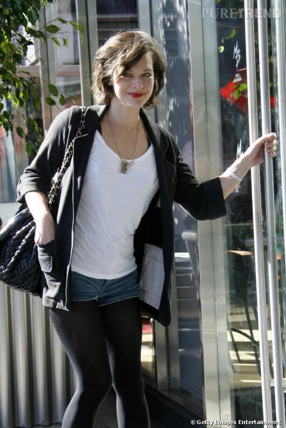 Milla Jovovich, son look de rue à Los Angeles.