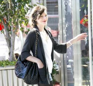 Milla Jovovich, stylée en mini short... A shopper !