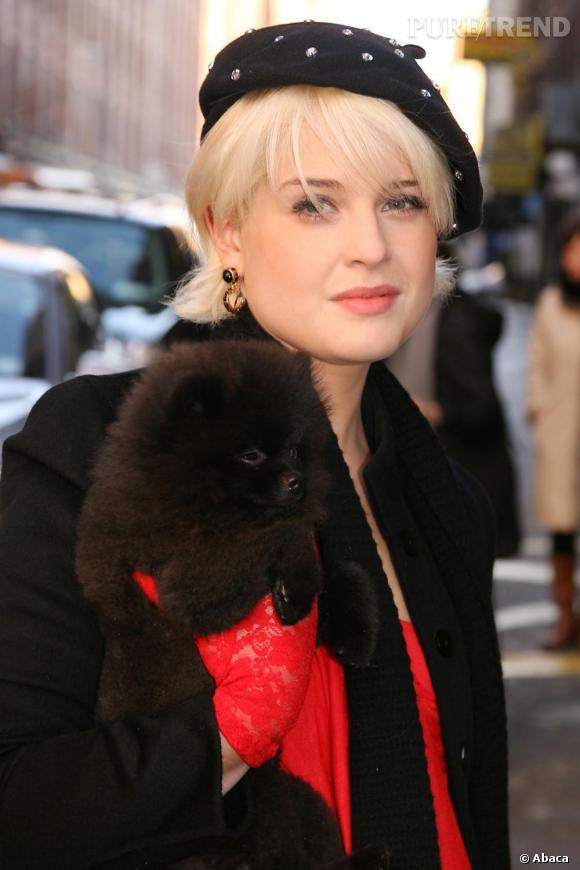 Kelly Osbourne et son mini chien arrivant au défilé LAMB
