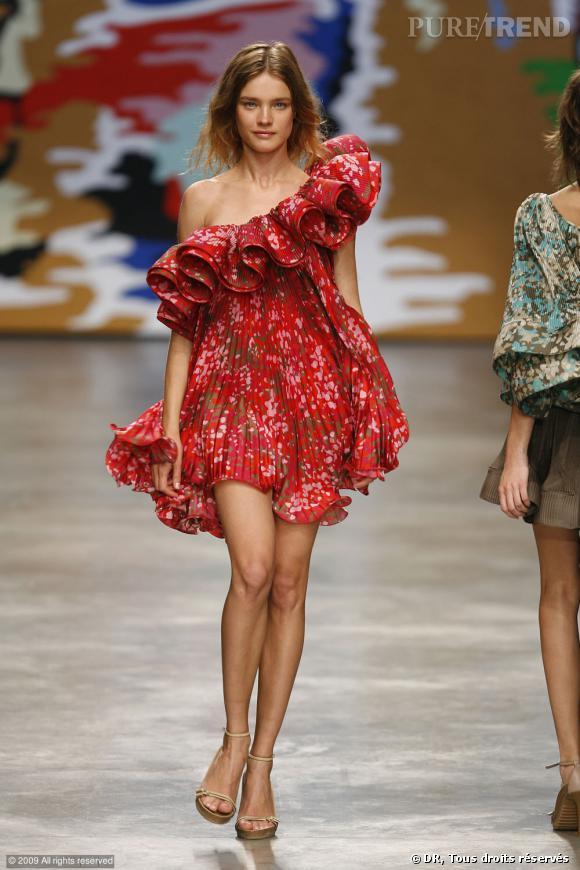 Défilé Stella McCartney Printemps-Eté 2010 Attention, jeune fille en fleur. Une robe asymétrique mousseuse et plissée au col exhubérant, pour une allure hippie chic.