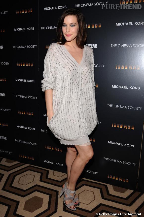 Liv Tyler est sublime en robe pull oversize, on adore!