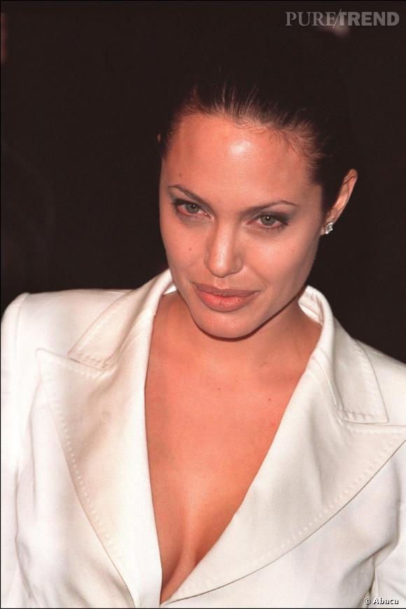 Angelina Jolie tente la veste blanche ultra décolletée. Simplement sensuel.