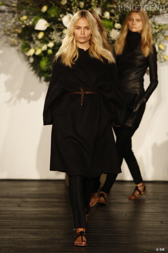 Tout comme cet hiver, le manteau reste ample, long et s'arme d'une ceinture pour plus de glamour.