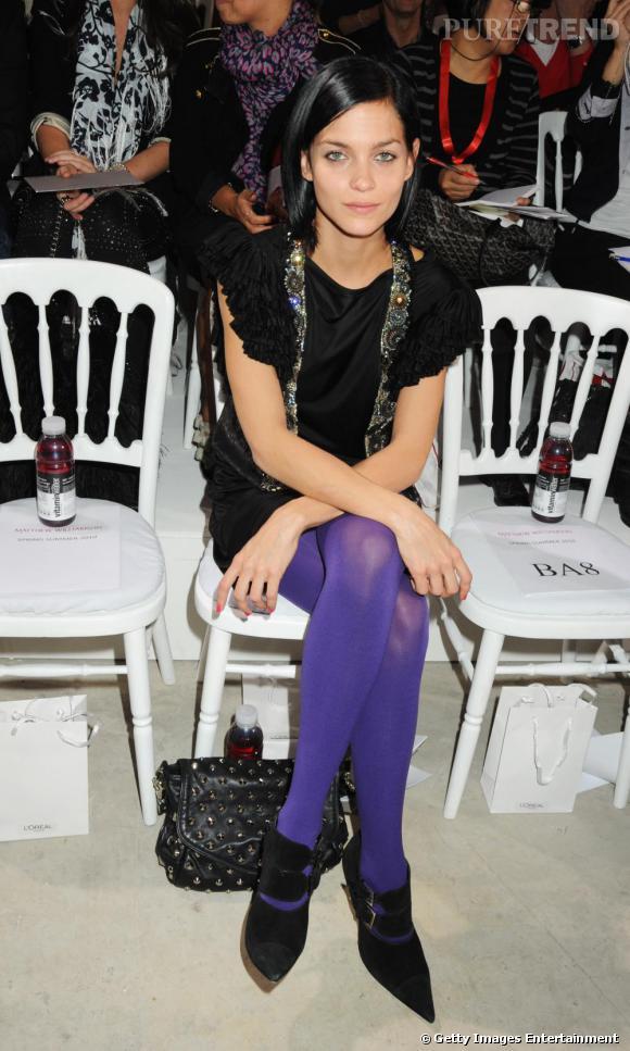 Total look noir mais collants violets pour égayer le look de Leigh