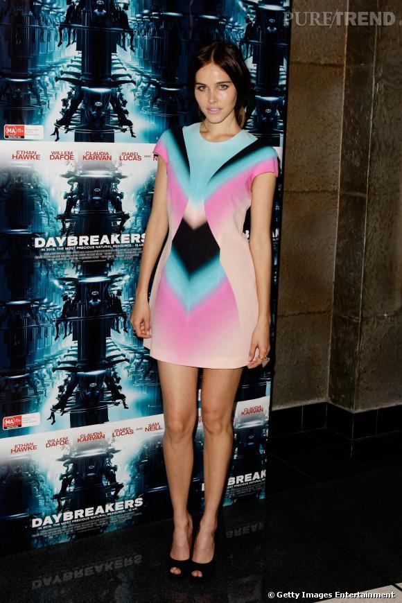 Isabel Lucas ose la robe multicolore avec style