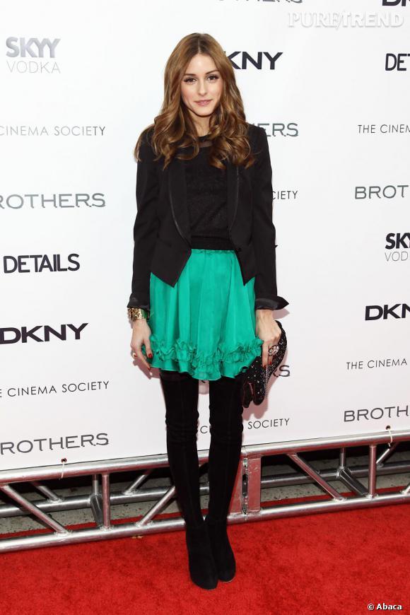 L'élégante Olivia Palermo mixe total look noir et jupette flashy pour un look so chic !