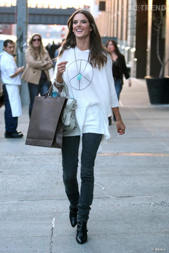 Alessandra Ambrosio fait son shopping dans les rues de New York