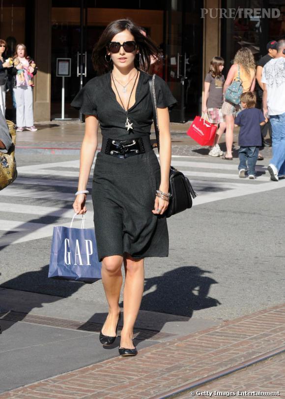 Camilla Belle rayonnante même en noir