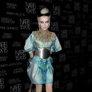 Le turquoise fait son show avec Daphné Guiness