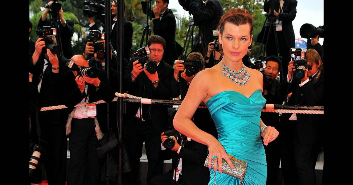 Total look turquoise pour Milla Jovovich...