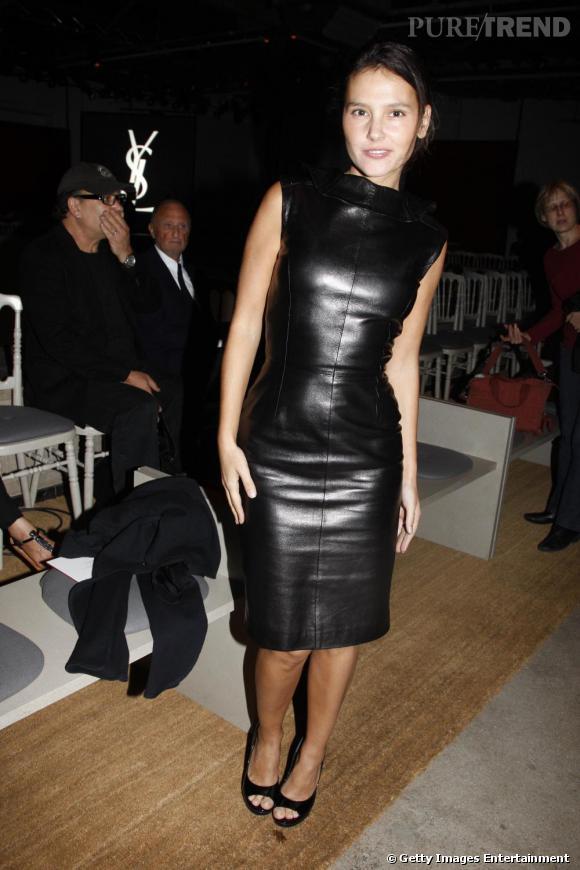 Dans son dressing, Virginie Ledoyen privilégie les  petites robes noires . Au défilé Yves Saint Laurent, l'actrice choisit naturellement une robe de la marque entièrement en cuir ! Un look glam rock à croquer.