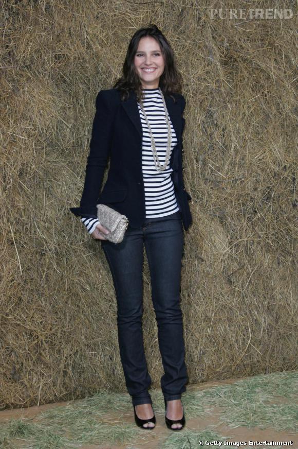 Des escarpins à bout ouvert, une veste de smoking, la pochette Chanel et un  jean  ! Ce look illustre parfaitement le style de Virginie Ledoyen qui rassemble en une tenue 4 de ses indispensables !