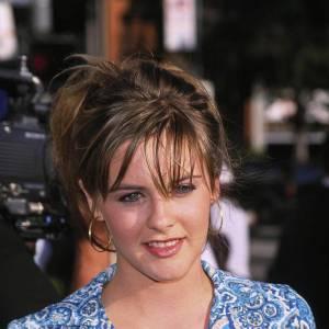 2000 : Alicia a grandi et affiche désormais des coiffures plus sexy, mèches dans les yeux, créoles aux oreilles.