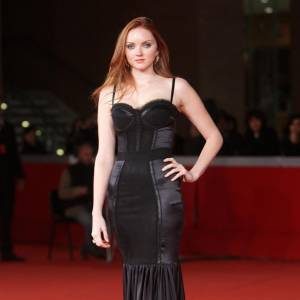La tendance lingerie est une des inspirations principales de Dolce & Gabbana. Lily Cole en fait la démonstration dans cette robe longue qui mélange satin et guêpière...