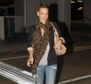 Molly Sims en voyage : son look à shopper !