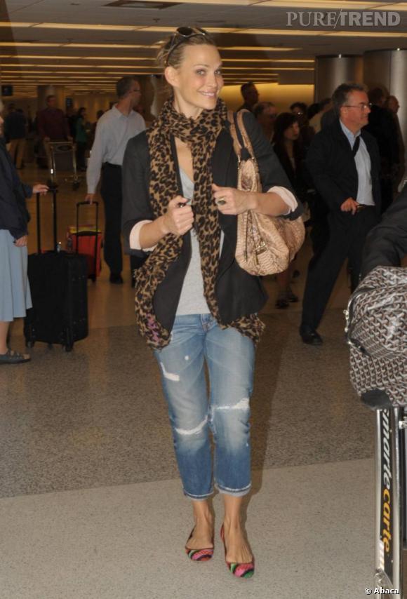 Lorsque Molly Sims prend l'avion, elle opte pour un look décontracté et stylé à la fois.