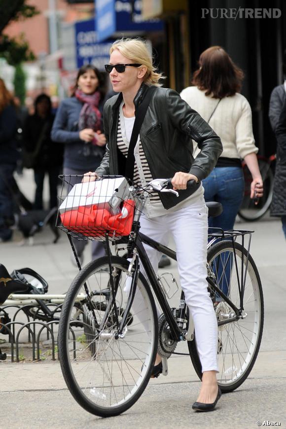 Naomi Watts prouve que l'on peut avoir du style, même sur un vélo.