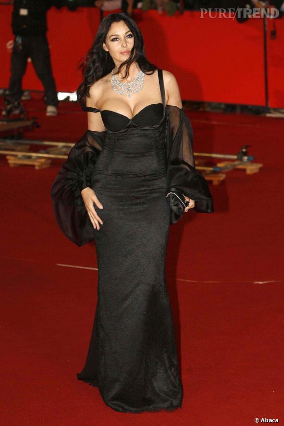 Dans cette robe, Monica Bellucci dévoile son plus grand atout séduction, un decolleté généreux.