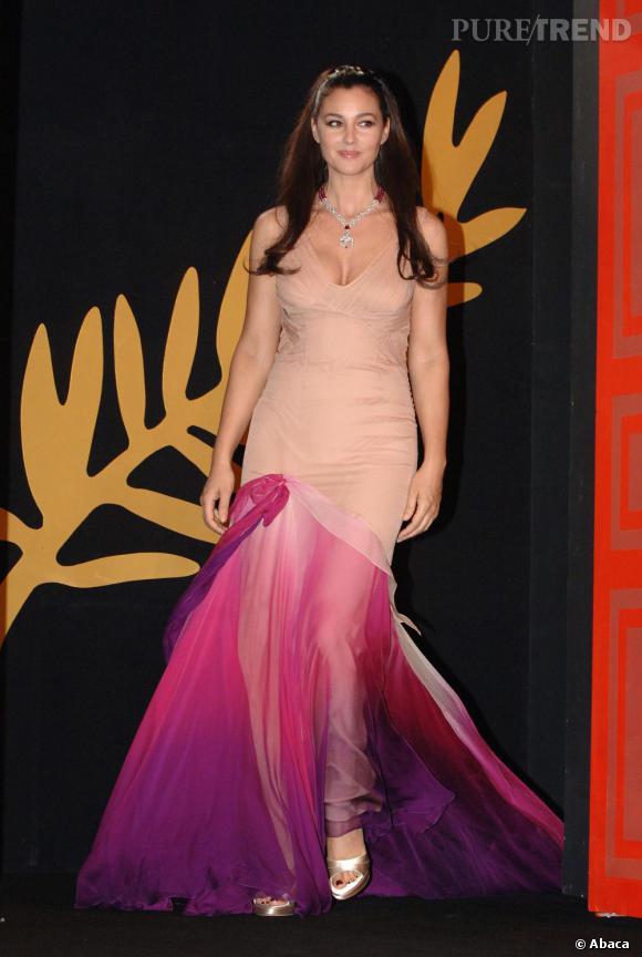 Avec son hale naturel et son charme latin, Monica Bellucci peut se permettre de porter des couleurs douces comme des couleurs vives et cette robe en est la preuve. La rencontre entre le nude et le rose se fait avec beaucoup d'éclat sur la silhouette de Monica Bellucci.