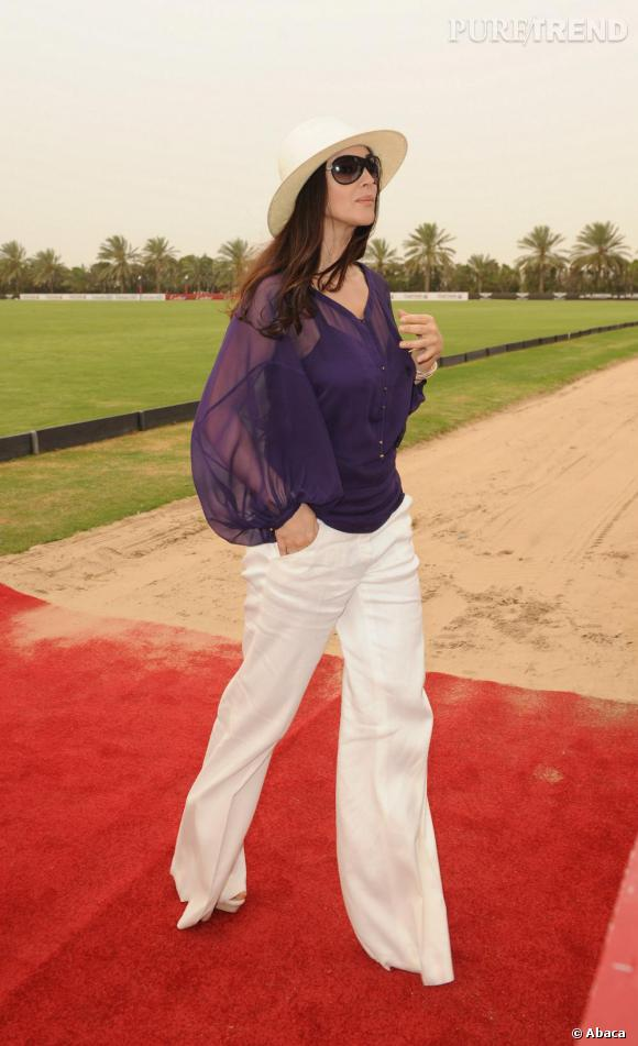 Et chacune de ses apparitions est empreinte de glamour. Que ce soit sur red carpet ou pour assister à un match de polo, Monica Bellucci est toujours d'une élégance rare.