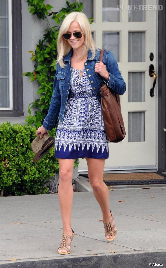Reese Witherspoon toujours aussi craquante adopte la tendance ethnique avec style.