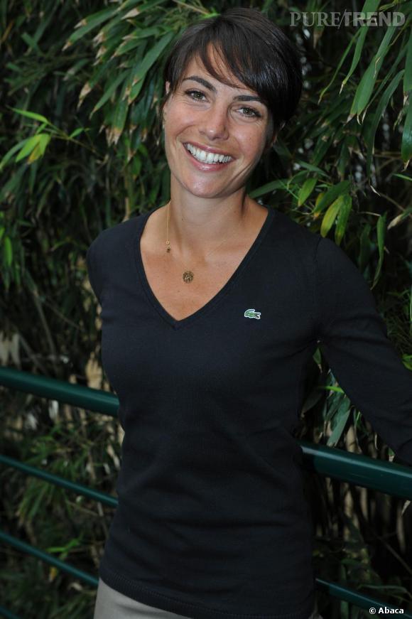 Alessandra Sublet, simplement chic vêtue d' un pull Lacoste.