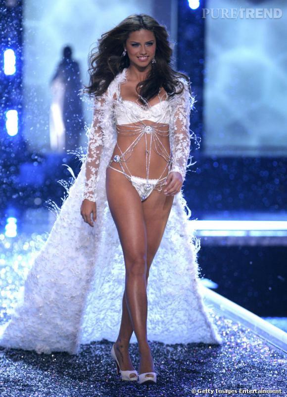 La bombe de Victoria's Secret, Adriana Lima opte pour une constellation sur le pied gauche. Un univers décidément en vogue chez les mannequins.