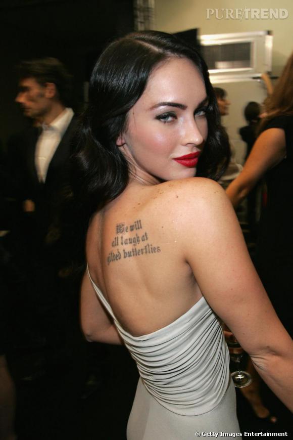 """Megan Fox mise sur une citation moyenâgeuse gravée sur l'omoplate """"  Nous nous moquerons tous papillons dorés """". Intéréssant."""