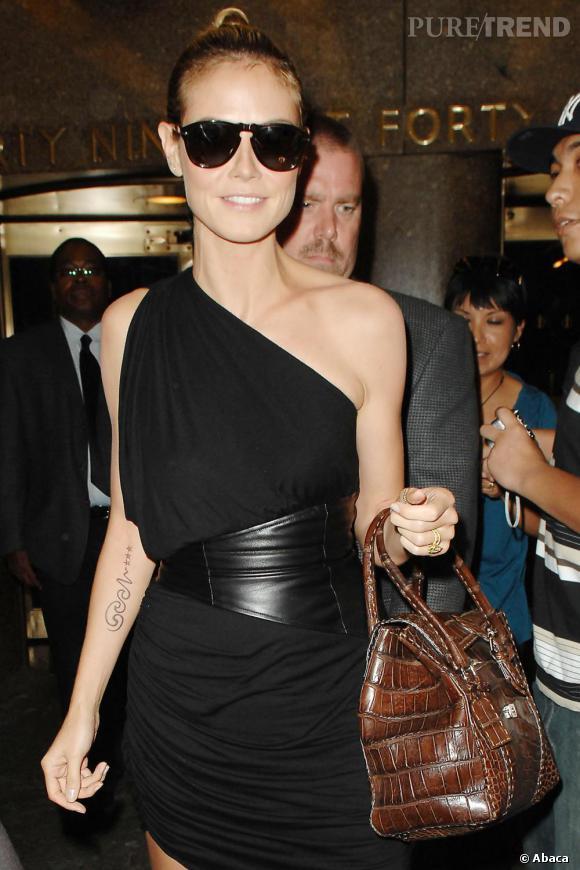 Heidi Klum ne laisse aucune chance à ses fans de percer le secret de son tatouage : un encéphalogramme ?